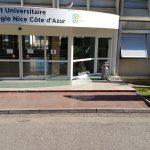 IUT de Nice : ensemble de panneaux signalétiques, totem d'accueil, enseigne principale (panneaux galbés et laqués, lettrages adhésifs
