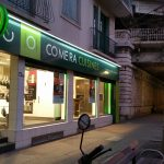 Habillage de magasin avec un ensemble de panneaux en aluminium avec adhésifs, éclairage par rampe lumineuse